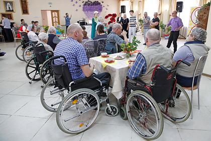 Все дома престарелых в России предложили закрыть на карантин