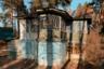 """По одной из версий, которую <a href=""""https://www.instagram.com/p/B_CDKCjBi1W/"""" target=""""_blank"""">рассказали</a> Федору, этот дом построил офицер НКВД для больной матери. Чтобы ей было проще подниматься, мужчина спроектировал лифт до второго этажа (теперь в шахте кладовые). Также в доме была ванная комната, две печки и уникальная литая винтовая лестница. Потом дача перешла к преподавателю химического института, а затем к его дочерям — педагогу Щукинского театрального училища и дипломатическому переводчику в Индии."""
