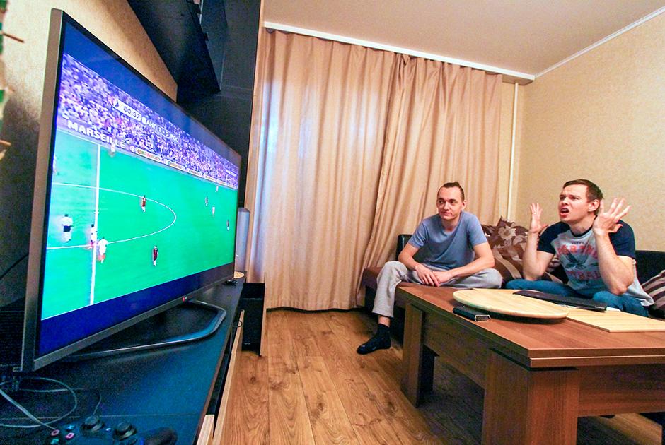 По данным аналитиков, в марте, когда коронавирус начал распространяться в России, в стране вырос общий телерейтинг — больше людей остаются дома и больше смотрят ТВ. Рейтинги спортивного телевидения, наоборот, резко упали, поскольку практически весь спорт остановился