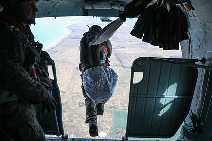 Российские десантники первыми в мире прыгнули с высоты 10 километров в Арктике