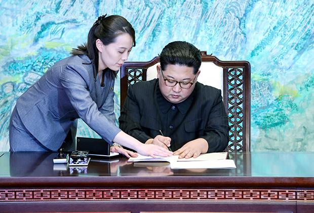 Ким Ё Чжон помогает Ким Чен Ыну во время подписания документов в демилитаризованной зоне