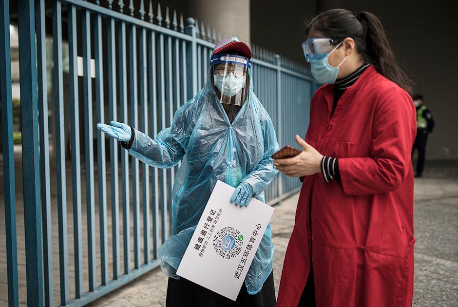 Проверка температуры и QR-кода у соискателя вакансии, Ухань, Китай