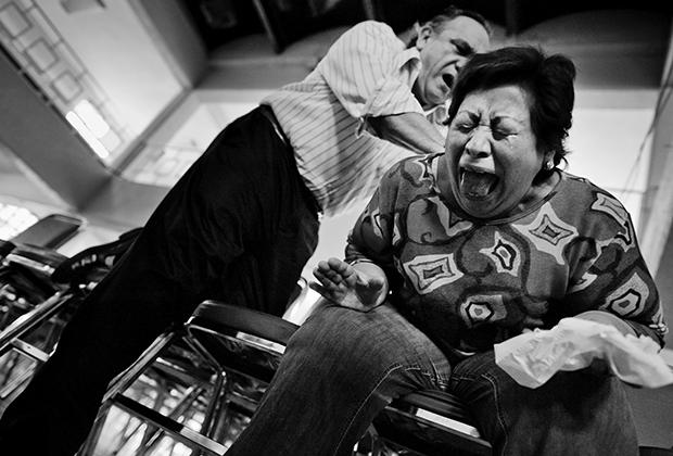 Пастор Уго Альварес изгоняет бесов в Мехико, 2011 год