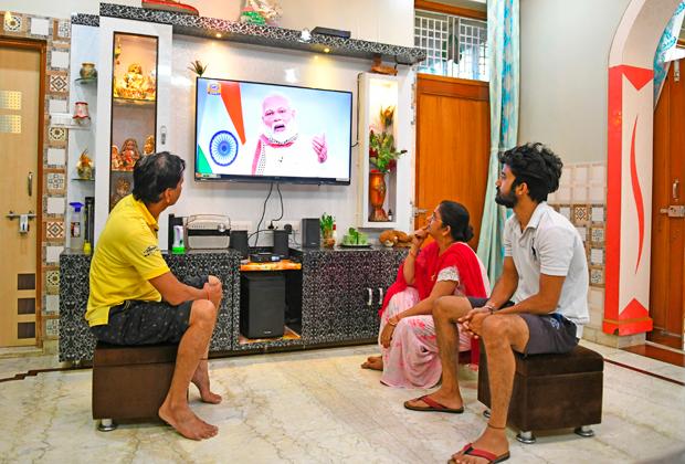 Семья из Беавара смотрит обращение Моди о продлении локдауна