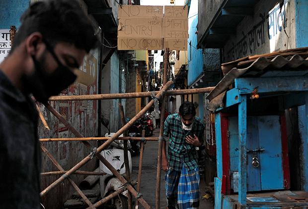 Импровизированная баррикада в переулке среди трущоб Мумбаи