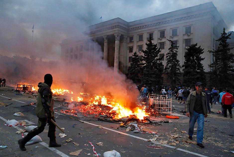 Горящий разгромленный лагерь пророссийских активистов на Куликовом поле