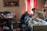 В настоящее время в США выявляют все меньше заболевших, количество пациентов в больницах также снижается. Связывают это в том числе с большим числом уже проведенных тестов. Однако инфицированных коронавирусом все еще много, и в некоторых случаях медикам приходится оказывать экстренную помощь на дому.