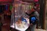 С едой в Нью-Йорке проблем нет, потому что продуктовые  магазины работают. Василий вспоминает, что в самом начале в гипермаркетах скупали туалетную бумагу, санитайзеры и макароны, но в небольших магазинах подобного ажиотажа не было. <br></br> В то же время полной неожиданностью для горожан стал оскудевший ассортимент уличного фастфуда: работают только пиццерии, да и то навынос.