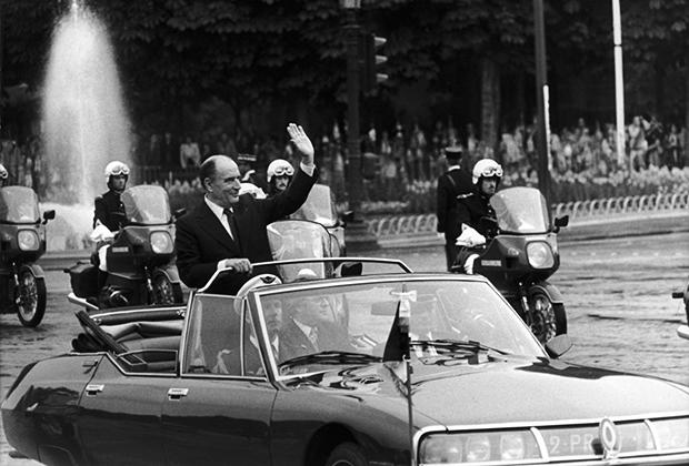 Франсуа Миттеран проезжает по Елисейским Полям в Париже, победив на выборах в мае 1981 года