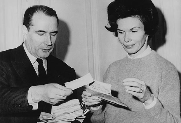 Франсуа Миттеран с супругой Даниэль читают письма с поздравлениями во время первого тура президентских выборов, декабрь 1965 года