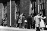 «Гнилая горячка»— или тиф во всех его проявлениях— атаковала планету в течение нескольких столетий. В ХХ веке эпидемия достигла своего пика на территории России: в 1922 году зафиксировали около 30 миллионов случаев инфицирования. Только во время Гражданской войны болезнь унесла жизни трех миллионов человек, в основном мирного населения.   <br>  <br> Первую вакцину против тифа разработал польский зоолог Рудольф Вейгл в период между двумя мировыми войнами. Однако дешевые и менее опасные для здоровья препараты были разработаны только во время Второй мировой.   <br>  <br> На снимке — шотландский Абердин, где в 1964 году внезапно обнаружились два случая заражения, за которыми молниеносно последовали еще четыре сотни. Всех пациентов изолировали в городской больнице, общаться с родными им дозволялось исключительно бесконтактно — из окон своих палат.