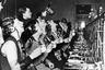 Примечательно, что от испанского гриппа зачастую умирали молодые здоровые люди в возрасте от 20 до 40 лет. В качестве минимальных мер профилактики, в частности, сотрудникам разных организаций и производств предписывалось полоскать горло специальным дезинфицирующим средством, а в некоторых американских штатах с той же целью запретили рукопожатия.