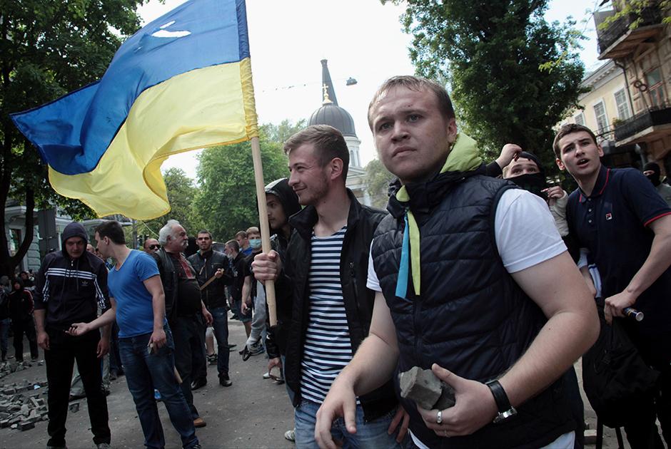 Сторонник властей Украины во время столкновений на Греческой улице