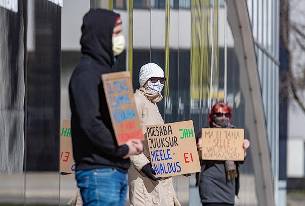 Демонстрация с критикой действий правительства Эстонии перед зданием министерств, Таллин