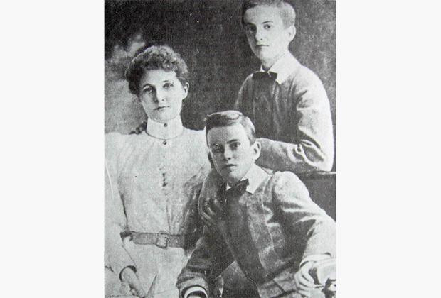 Маргарет-Эмма Робертсон с сыновьями Александром и Владимиром