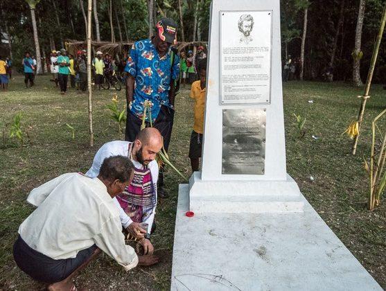 Закладка земли с родины Миклухо-Маклая у его мемориала на Новой Гвинее