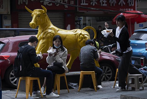 Жители китайского города Ухань после снятия карантина из-за коронавируса