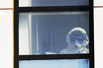 Жаловавшийся на нехватку средств защиты российский врач выпал из окна
