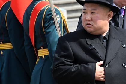На руке Ким Чен Ына обнаружили загадочный след