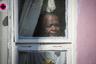 Стариков, которых по статистике гораздо больше среди жертв COVID-19, в Африке на самом деле достаточно мало. Так, не более 1,5 процента жителей Камеруна — старше 70 лет, в ЮАР их около 3,2 процента. Медианный возраст по африканским государствам составляет всего 19,4 года, в то время как в Европе он равен 40 годам, а в США — 38.