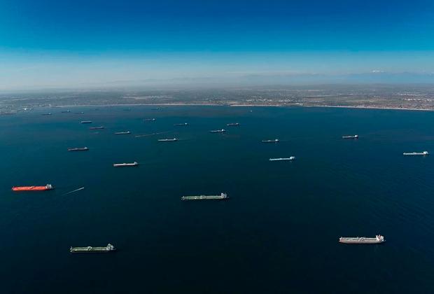 Нефтяная флотилия танкеров у побережья Лонг-Бич
