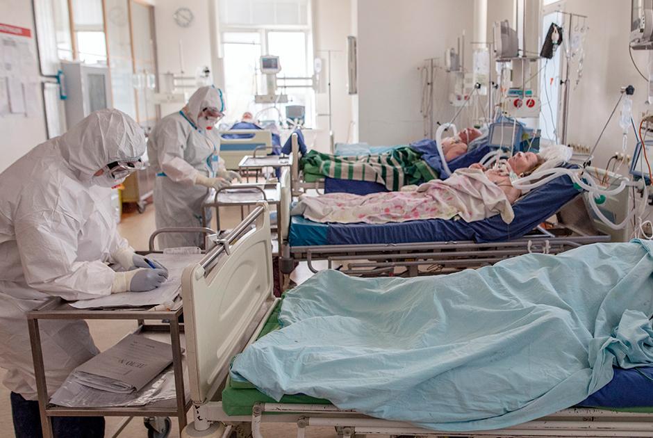 Пациенты и медики в отделении реанимации в Москве
