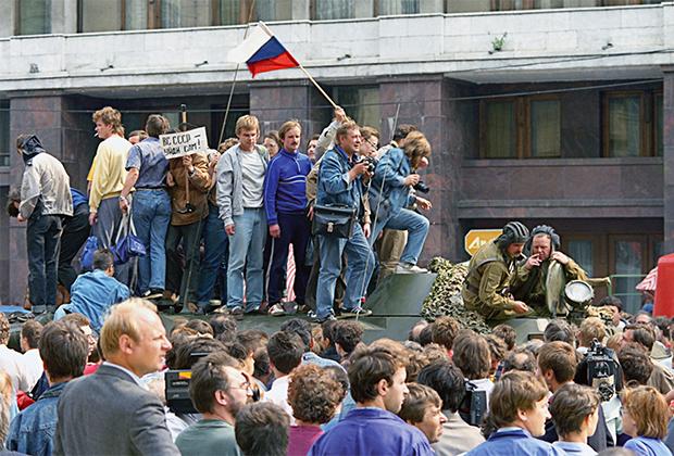 Защитники демократии у здания Верховного Совета РСФСР (Белого дома) на одном из танков, введенных в Москву 19 августа 1991 года в связи с объявлением членами ГКЧП чрезвычайного положения