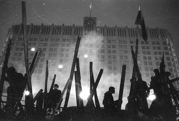 Последствия путча, организованного ГКЧП 19-21 августа 1991 года. Жители города на баррикадах у здания Дома Правительства СССР