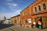 """Центр современного искусства «Винзавод» уделяет особое внимание визуализации: выставки, галереи, показы, инсталляции. Представлено современное искусство, нередко провокационное, резонансное и спорное. Выставочные залы называются «Цех Белого», «Большое винохранилище», и это неслучайно — раньше на территории располагался пивоваренный завод «Московская Бавария».<br><br>Фабрику открыл в 1810 году купец Никифор Прокофьев. Она быстро разрослась, практически догнав «Трехгорку», и принесла своим последующим владельцам немалый доход. В 1889 году купцы Травниковы <a href=""""http://www.winzavod.ru/history/"""" target=""""_blank"""">основали</a> здесь Московский комбинат виноградных и десертных вин, который выпускал собственную продукцию из плодов и ягод и разливал виноградные вина, привезенные из Крыма и с Кавказа. Предприятие просуществовало до конца XX века, а затем закрылось. Территория ожила только в 2007 году — в год рождения «Винзавода»."""