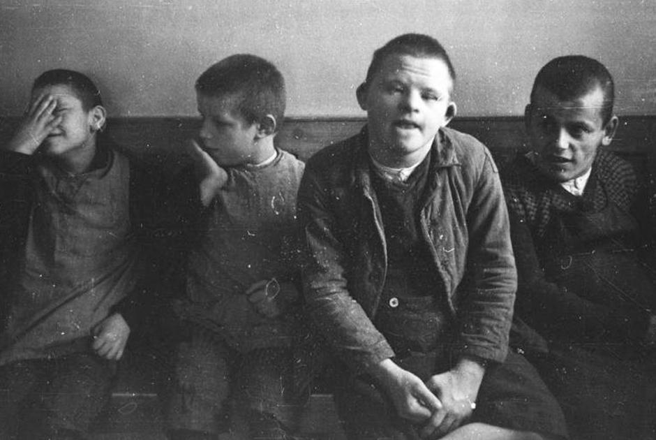 Дети, приговоренные к эвтаназии в психиатрической клинике Шонбрунн (снимок сделан фотографом СС Фридрихом Бауэром)
