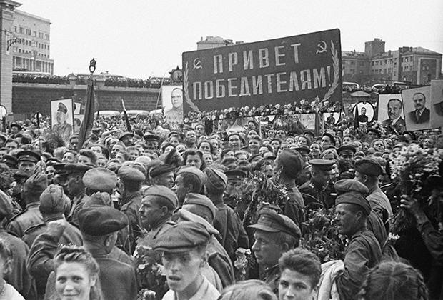 Встреча первого эшелона бойцов. Белорусский вокзал в Москве. Фото: Георгий Петрусов / РИА Новости