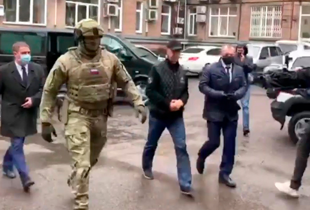 Анатолий Быков после задержания 7 мая (в центре)