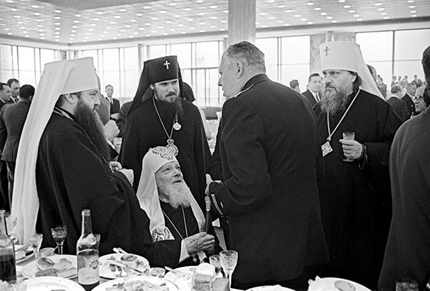 Патриарх Московский и всея Руси Алексий I (сидит в центре) на приеме в Кремлевском дворце съездов, посвященном 20-летию Победы. 9 мая 1965 года