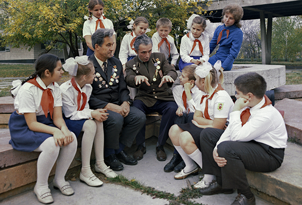 Ветераны у киевских пионеров, 1974 год