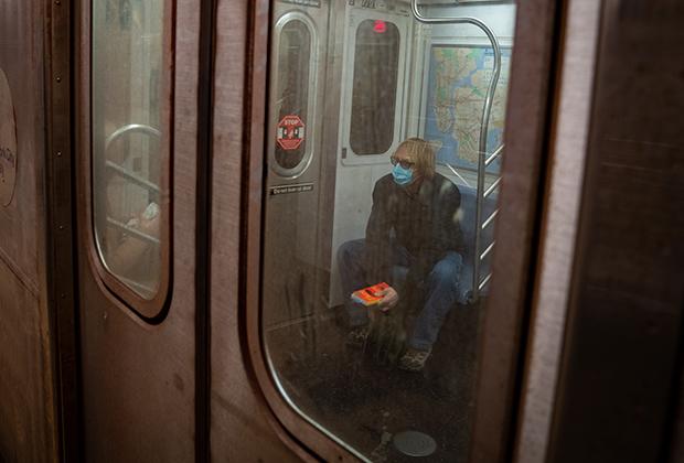 Пассажир в маске в метро Нью-Йорка