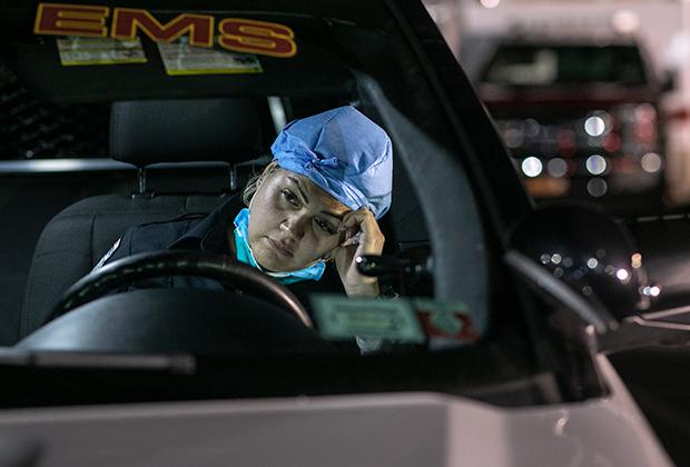 Сотрудница бригады неотложной помощи после 12-часовой смены