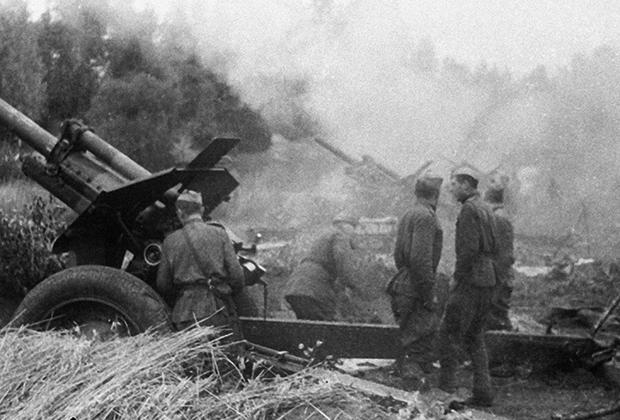 Советские артиллеристы ведут огонь по немецким позициям. Латвия, 1944 год