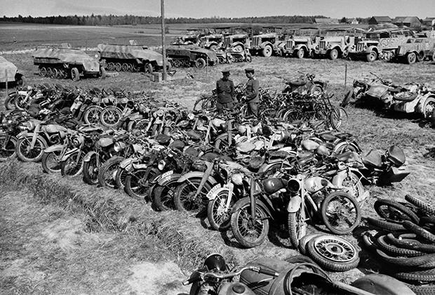 Советские офицеры осматривают немецкую технику после капитуляции Курляндской группировки