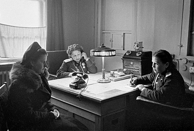 В дежурной части отделения московской милиции. 1950 год