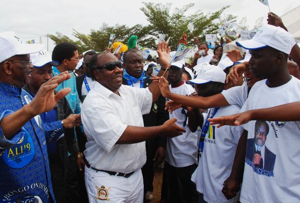 Президент Габона Али Бонго Ондимба приветствует избирателей во время предвыборной кампании в Либревиле, август 2009 года