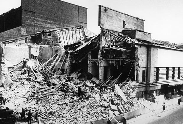 Здание театра имени Евгения Вахтангова на Арбате, разрушенное во время немецкой бомбардировки в ночь с 23 на 24 июля 1941 года