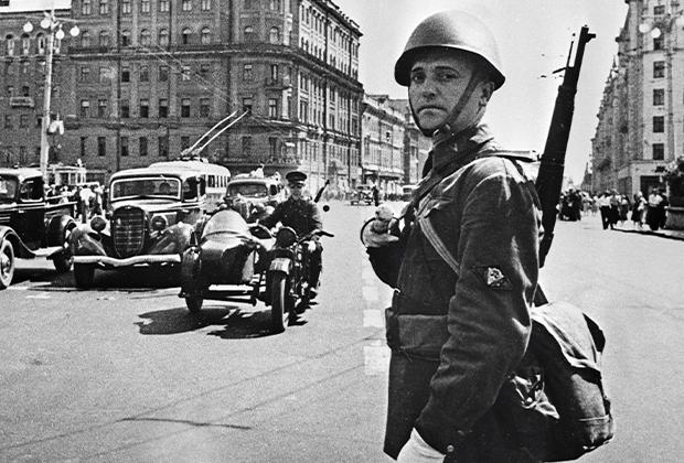 Постовой милиционер на улице Горького в Москве в годы войны