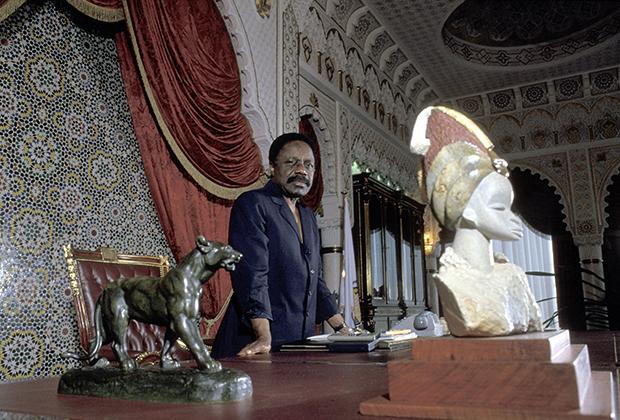 Президент Габона Омар Бонго в кабинете дворца в Либревиле, 1990 год