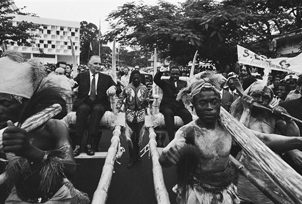 Президент Габона Омар Бонго сделал сюрприз своему французскому коллеге Жоржу Помпиду, «прокатившись» с ним в бамбуковых креслах, в которых на его родине перевозили великих вождей племени, Либревиль, 1970 год