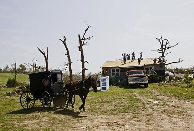 Амиши восстанавливают свои дома после торнадо, штат Миссури