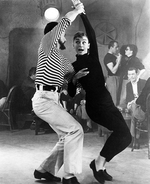 Одри Хепберн в мюзикле «Забавная мордашка» в черном наряде, частью которого были лосины. После выхода картины ее образ стал культовым