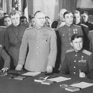 Маршал Советского Союза Георгий Жуков открывает церемонию подписания Декларации о поражении Германии