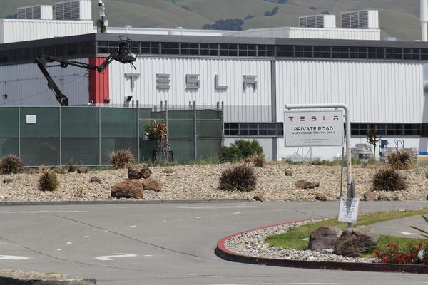 Tesla возобновит работу завода в США вопреки запрету властей