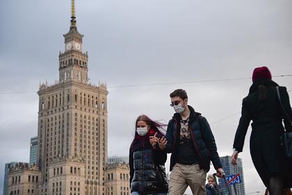 Прохожие в медицинских масках в Варшаве (Польша)