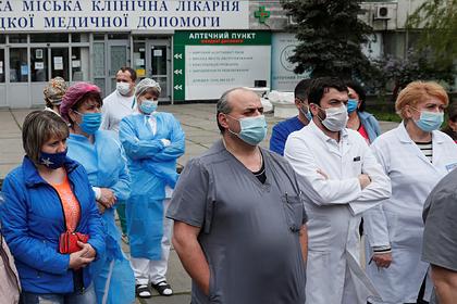 На Украине за сутки почти 90 медиков заразились коронавирусом